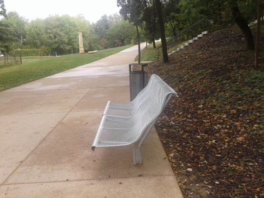 banc déformé au parc du vallon